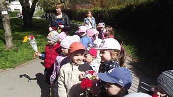идем на возложение цветов к памятнику