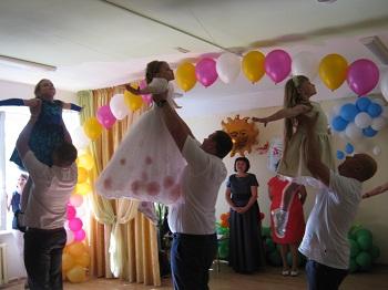 танец девочек с папами