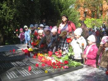 на возложении цветов к памятнику воинам погибшим в боях