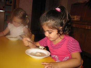 главная задача малыша - расти, а чтобы расти, нужно кушать